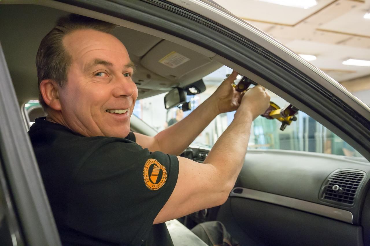 Hos Mobergs Glas i Sveg i Härjedalen byter du ruta på din personbil eller tyngre fordon. Behöver du bil under tiden vi lagar din, erbjuder vi en lånebil.